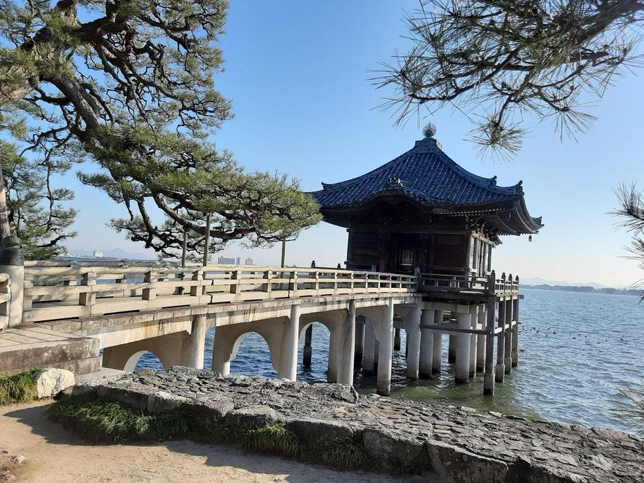 母なる湖「琵琶湖」に浮かぶ浮御堂  京都観光タクシー 英語通訳ガイド 永田信明