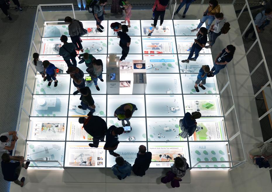 Die gesamte Plattfom von oben betrachtet mit Besuchern © Daniel Röttele