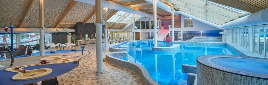 """<img src=""""image.jpg"""" alt=""""Zwembadbar in het binnenzwembad van zwemparadijs """"De Krim"""" in De Cocksdorp op Texel"""">"""