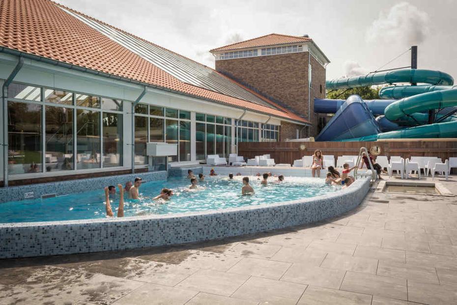 """<img src=""""image.jpg"""" alt=""""Buitenzwembad met wildwaterglijbaan van zwemparadijs """"De Krim"""" in  De Cocksdorp op Texel"""">"""