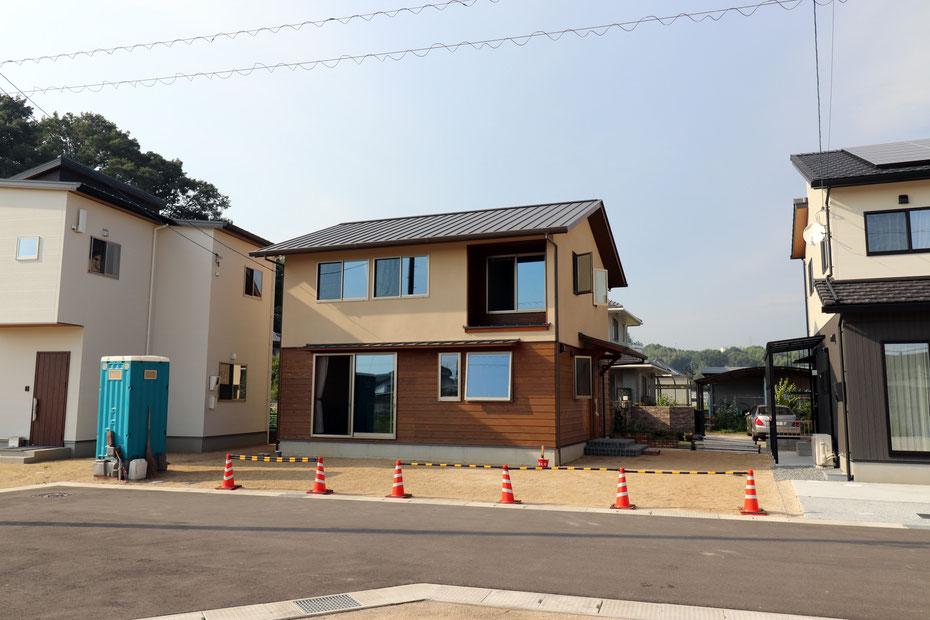平面は正方形に近い総二階建ての住宅。二階東側に浴室と洗濯室を配置。二階西側の二つの窓は子供室の窓であり、将来的に間仕切りを外せば、二室を一室にして利用可能。