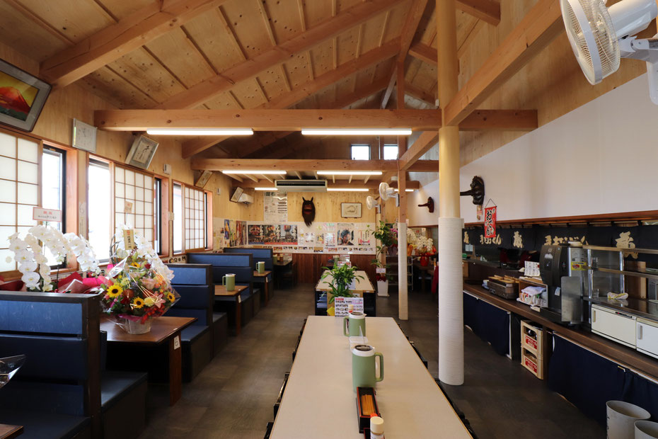店内の様子。屋根勾配なりの天井としている。