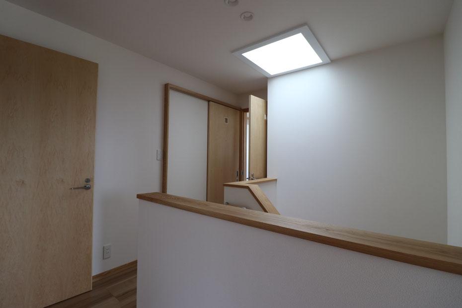 建物中央の階段室が暗くならないように、階段上部に天窓を設置している。日中でも照明を点けているような明るさ。