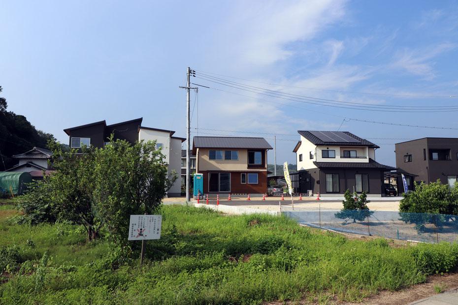 7敷地分を一団で開発された土地で、同時期に建設された住宅が並んでいる。