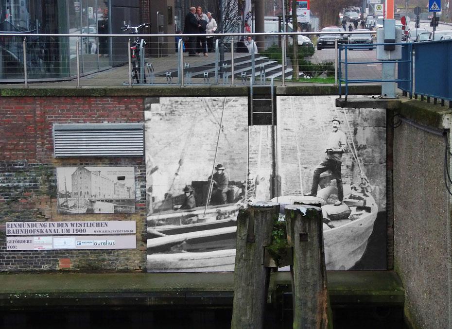 Künstlerische Bildinstallation an der Kaimauer zeigt das damalige Leben im Kanal