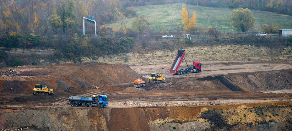Soll mit Bauschutt verfüllt werden: der ehemalige Steinbruch südlich der A60 in Mainz Bild © Michael Kretzer