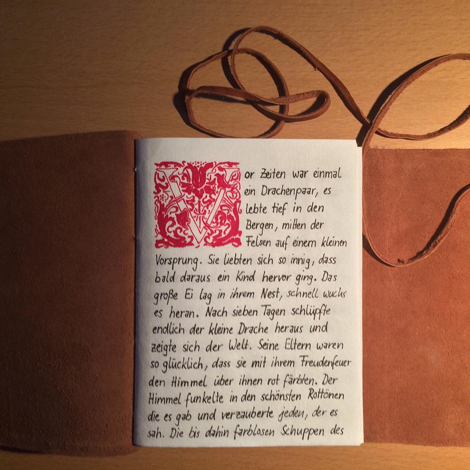 """Von Hand geschriebene und gestaltete Version meines ersten Märchens """"Der Drache und des Mädchens Schuhe"""""""
