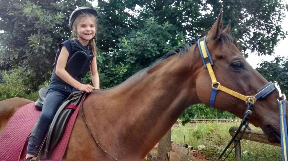 Auch für Kinder ist die Dualaktivierung bestens geeignet. Kinder lernen spielerisch, wie sie das Pferd gleichmäßig auslasten und finden in einen gut ausbalancierten Sitz, fast von allein. Das gute Sitzgefühl geht ihnen in Fleisch und Blut über, und sie le