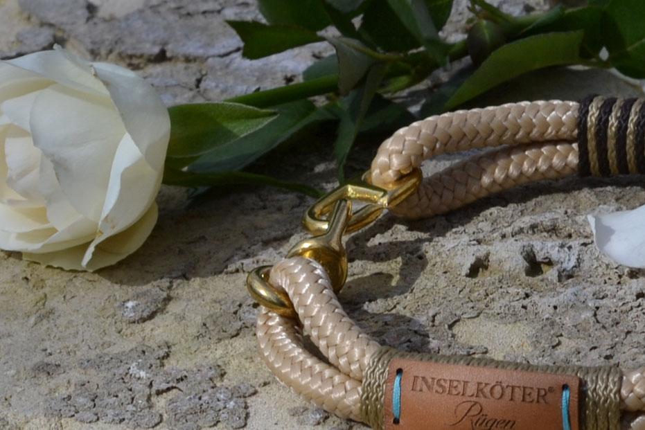 Halsband in sand aus Tauwerk. Nationalpark Jasmund im UNESCO Welterbe