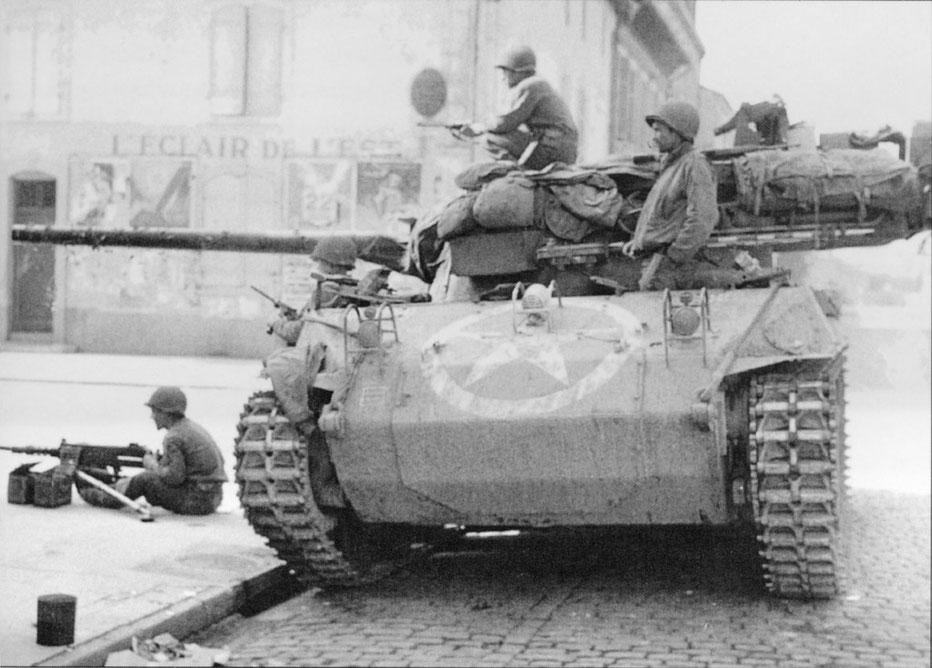 Ce Hellcat est en appui dans un village Lorrain, la mitrailleuse est démontée et postée à coté du char