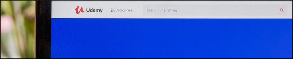 Udemy Startseite auf Laptopbildschirm