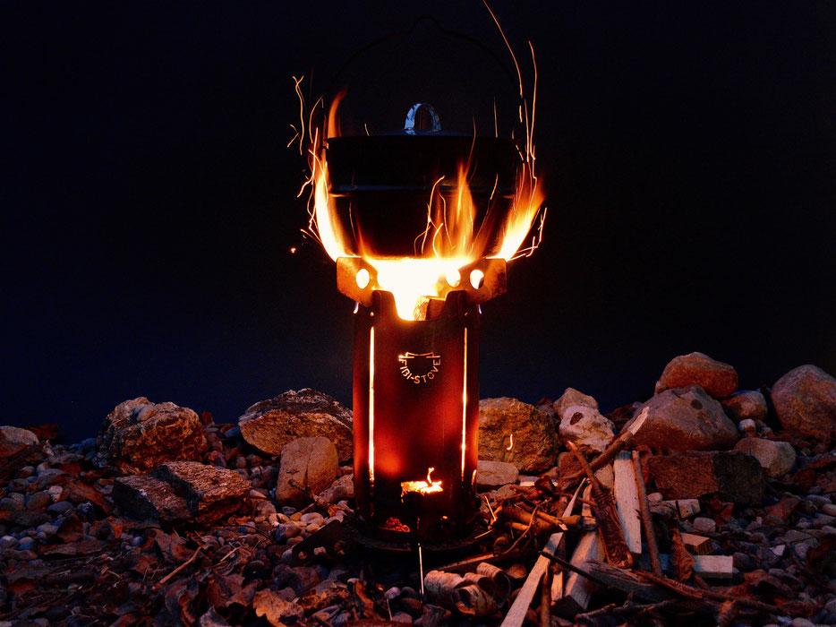 Der eingefeuerte FIBI-STOVE heizt den OPA MUURIKKA Kochkessel 4.6l