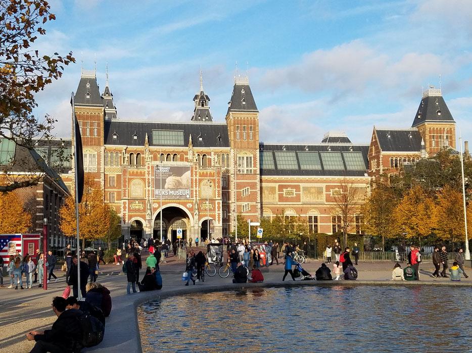 Rijksmuseum mit Museumsplein im Vordergrund