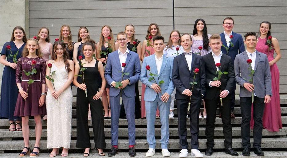 Matura bestanden! Die Maturandinnen und Maturanden der Klasse 6b an den Kantonsschule Seetal freuen sich über den Erfolg. Bild: zVg.