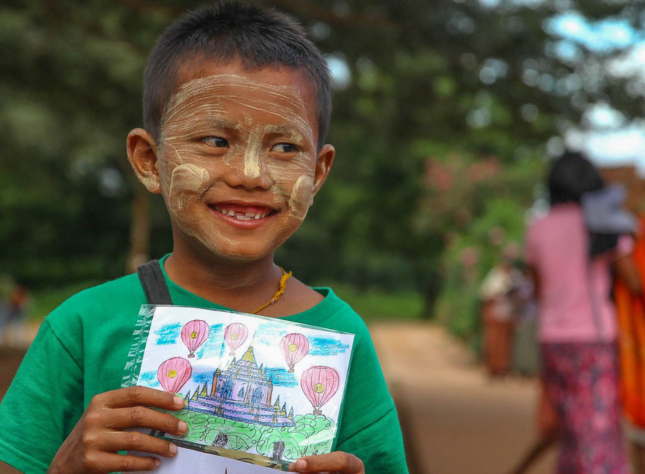 Bagan - junger Postkartenverkäufer