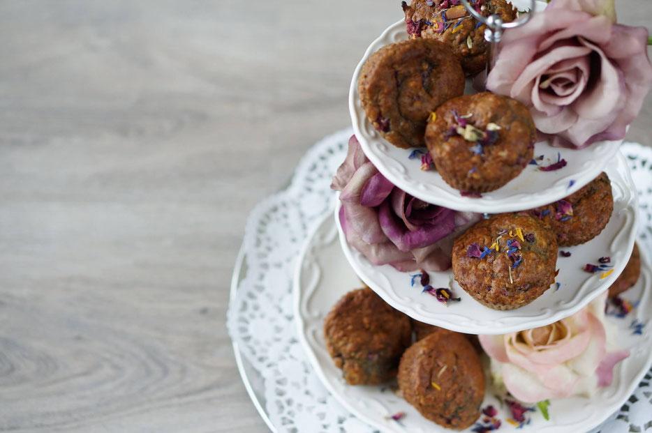Himbeerliche Muffins auf einer Etagiere mit Rosen| clean & natürlich gesüßt