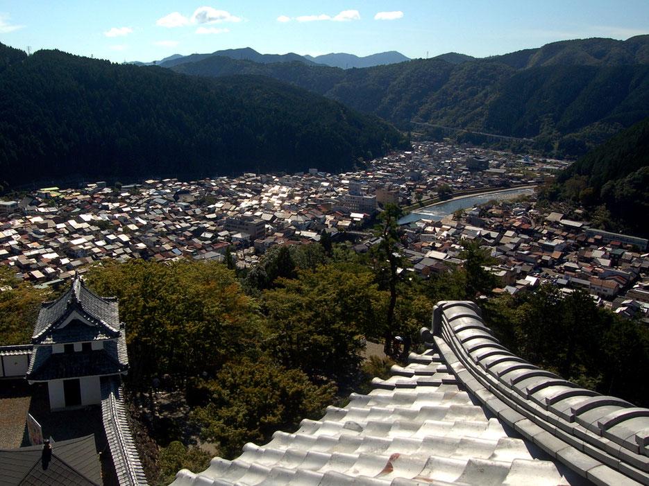 日本最古の木造再建城である郡上八幡城から。町の中心を流れるのが吉田川