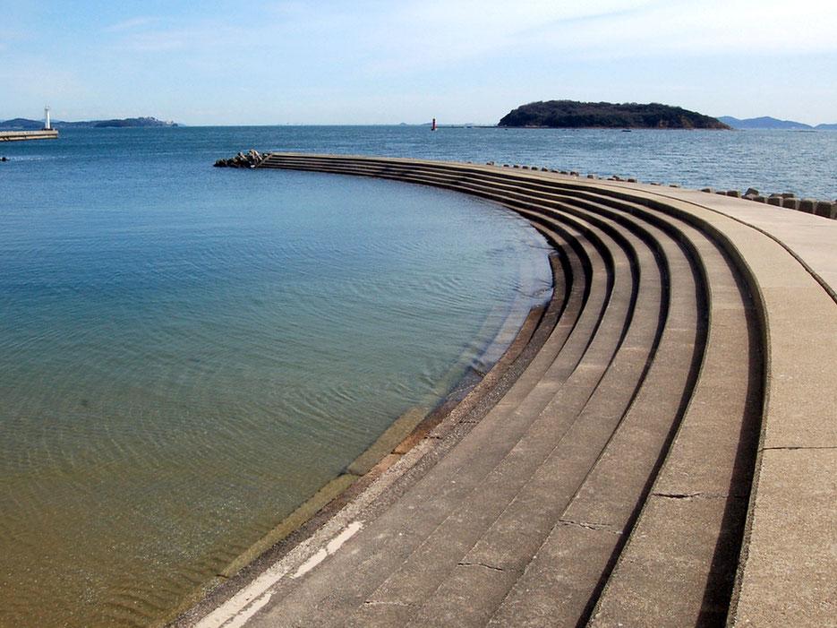海に浮かぶ梶島を眺めながらお気に入りの突堤でまったり。恵比寿海水浴場で