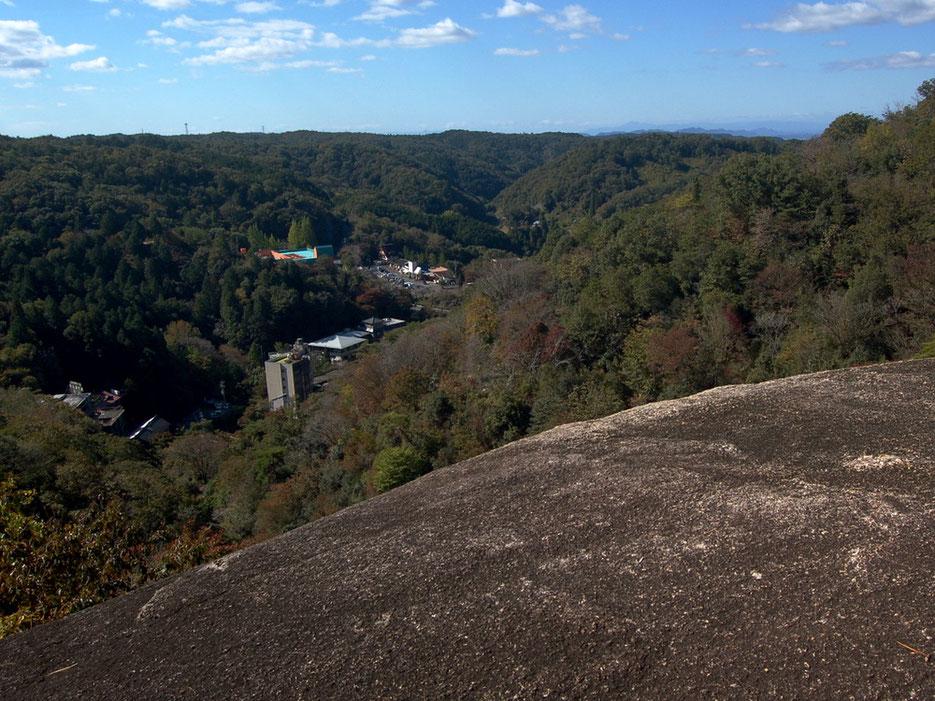 展望岩からの眺めは解放感いっぱい。眼下に小さく鬼岩ドライブインが見える