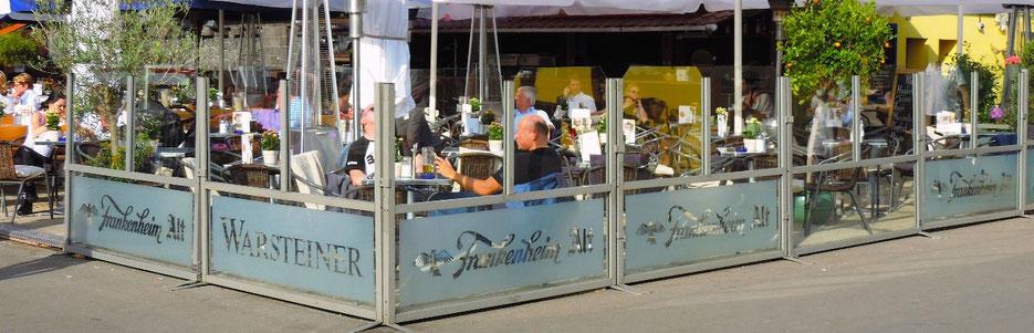Windscreen-Windschutz auf Cafe-Terrasse, Innenstadt