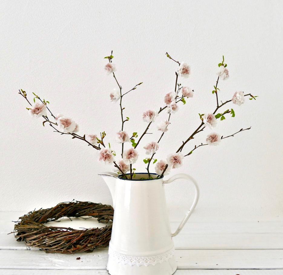 Äste mit rosa Papierblüten in Emaille Kanne