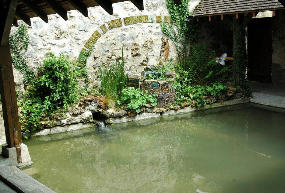 La Fable Le Renard et le Bouc illustre le lavoir situé près de la Place des Tilleuls.