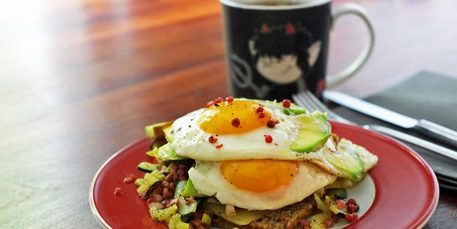 Kerstins Keto, Keto Power Frühstück, Nussbrot mit Speck und Ei