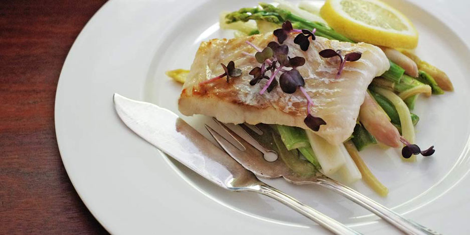 Kerstins Keto, Kabeljau mit Spargel und Rhabarber Salat