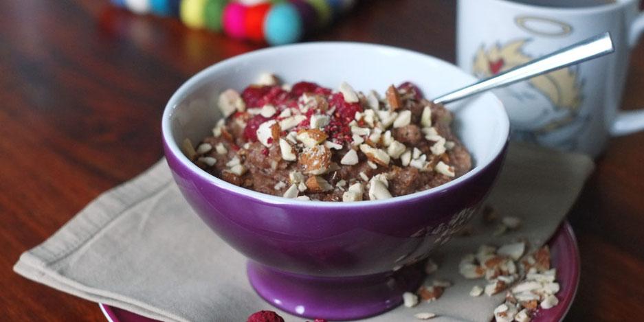 Kerstins Keto, Ketofrühstück mit Mandelmus, Kokosmilch, Kakao und Kardamon, glutenfrei