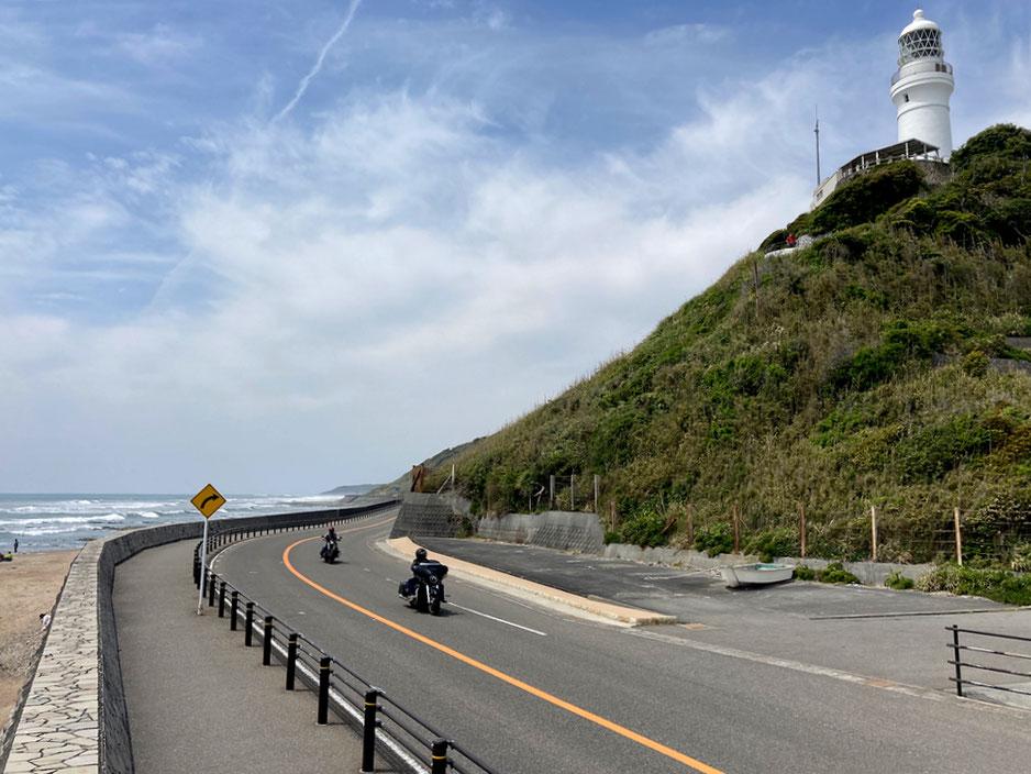 御前崎灯台のすぐ下をはしる御前崎サンロード。南は全て太平洋の大海原