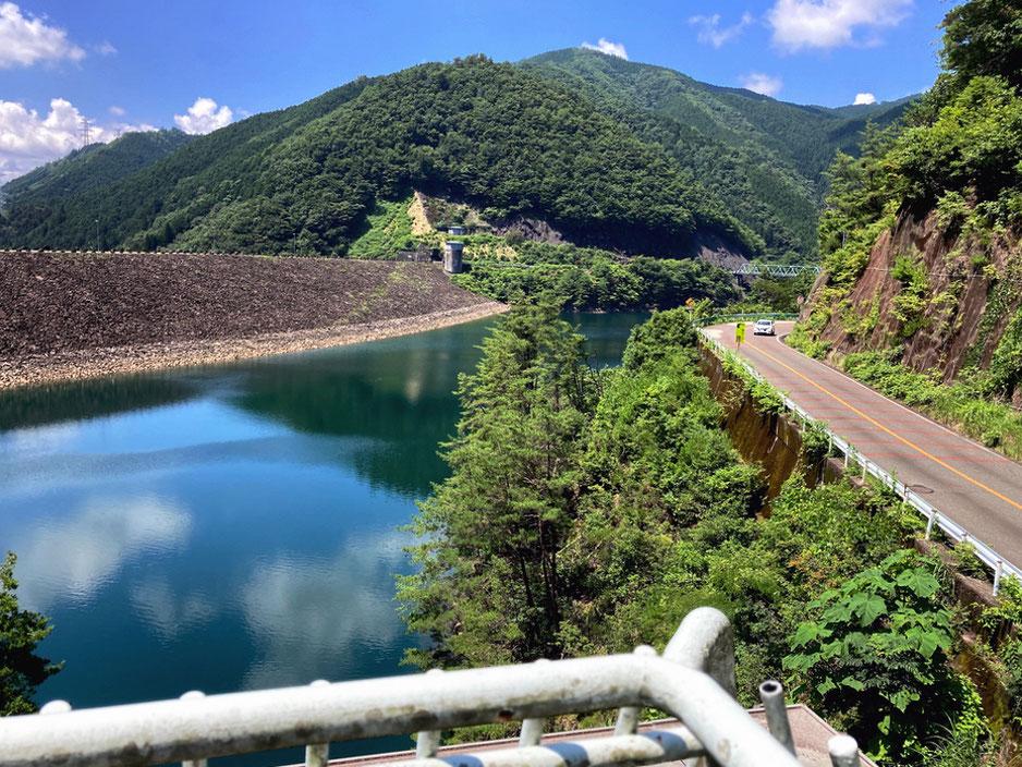 岩屋ダム展示館の屋上から岩屋ダムとダム湖、そして湖畔道路をみる