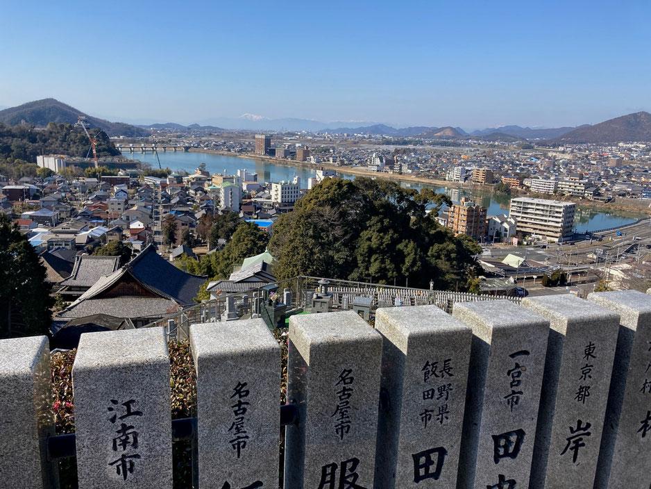 新生大仏の傍で見る犬山城や木曽川の風景。遠くには雪を冠った伊吹山も・・・