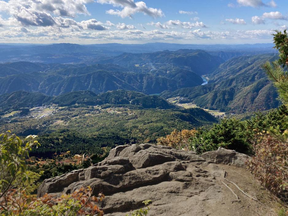 これは山腹の大岩展望台からの眺め。物見岩からの絶景は現地でお楽しみを