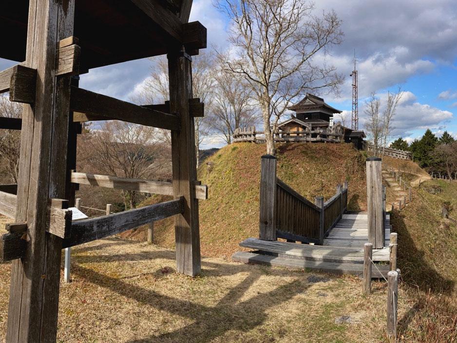 1993年に復元・開城された足助城。南物見台から本丸の高櫓をみる