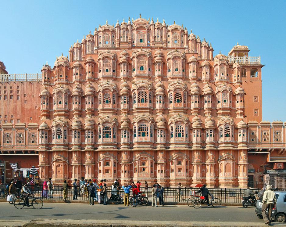 Le Palais des Vents ou Hawa Mahal est le monument le plus célèbre de Jaipur. Construit en 1799, le Palais des Vents n'est qu'une façade murale… sans palais.