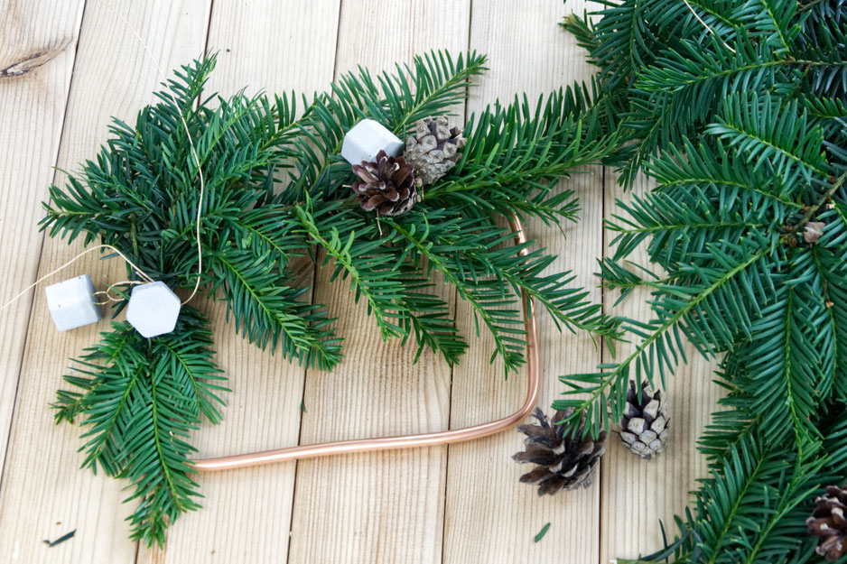 DIY Winter Wreath With Evergreens, Pine Cones And Concrete Hexagon Ornaments By PASiNGA Decoration Ideas