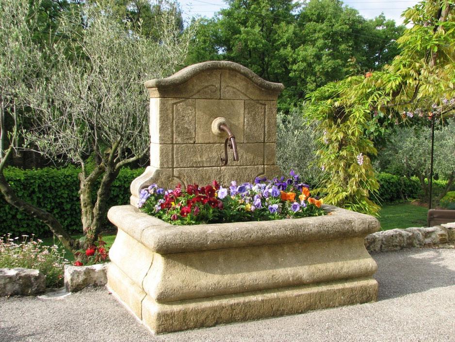 Französische Wand Brunnen NIMES, gealtert und handgefertigt aus Naturstein