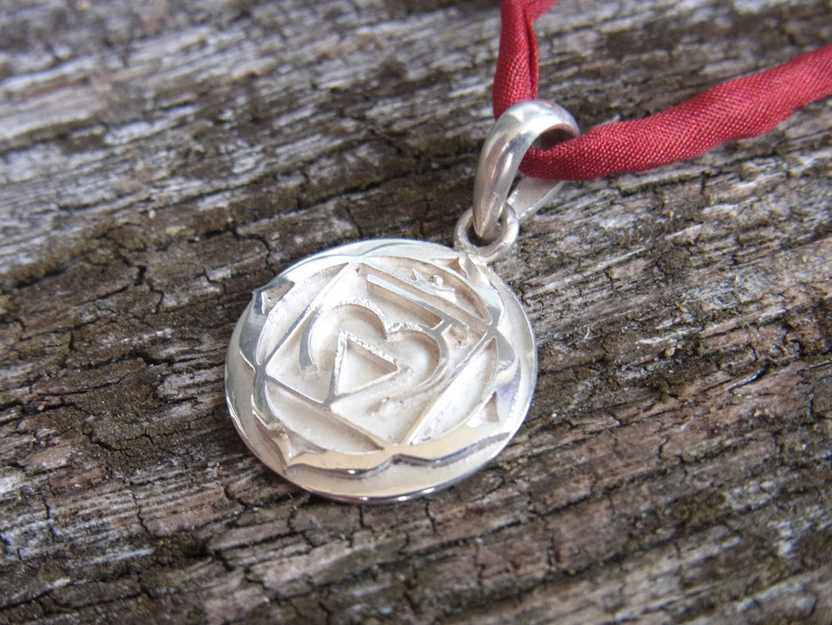 SUMAJU Kette mit Wurzelchakra Symbol Anhänger aus Silber