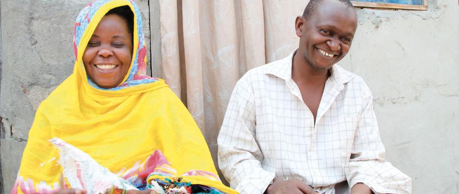 Zwei Menschen in bunten Klamotten lächeln