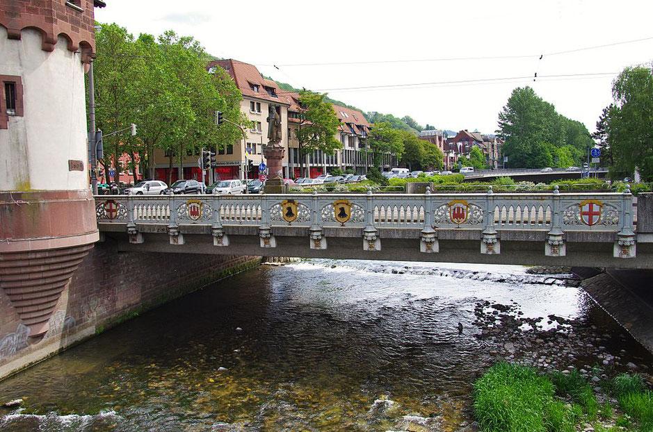 Gusseisernes Geländer mit den eingelassenen Wappen heute. Bild: Wikipedia, Fotograf: joergens