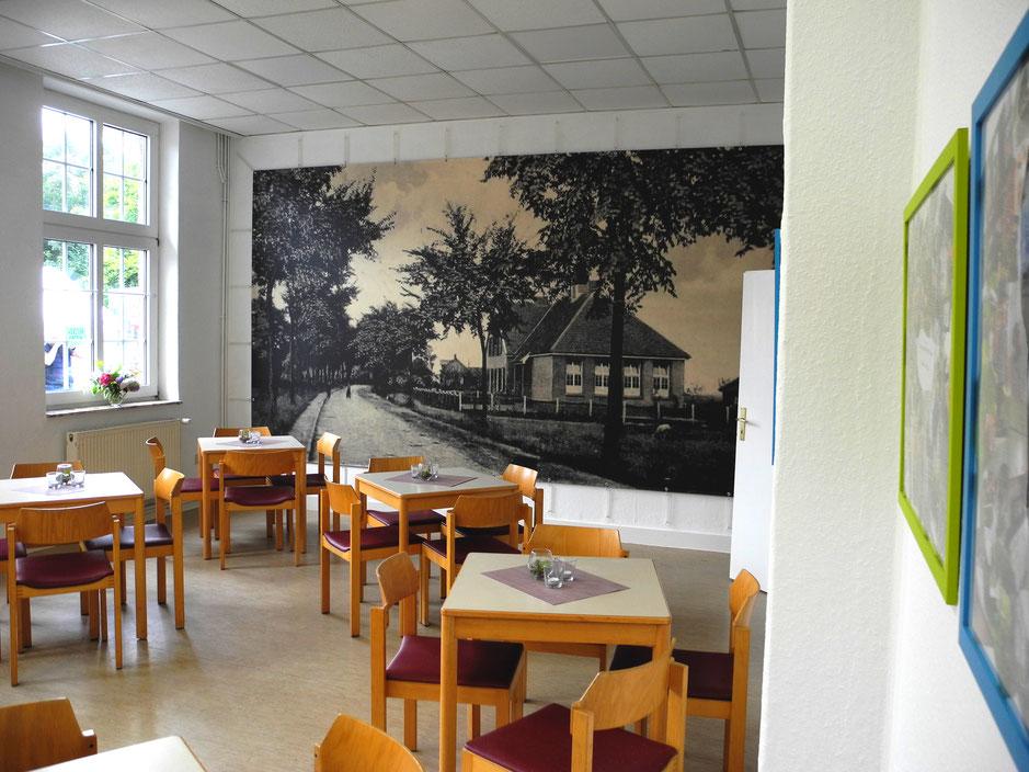 Das historische Foto der Alten Schule füllt die ganze Wand im ehemaligen Schulsaal.