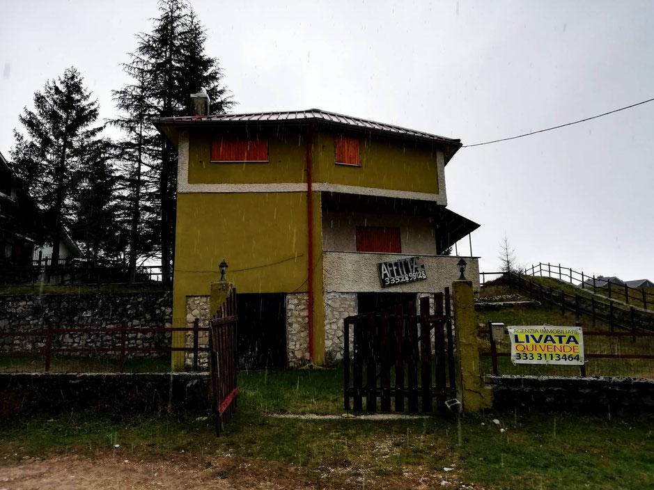 agenziaimmobiliarepetrinilivata.it, Salone con camino,cucina,due bagni,2camere,giardino