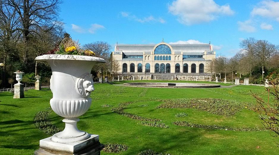 Eintritt in die Flora mit Blick auf die Historische Veranstaltungshalle aus dem 19. Jahrhundert