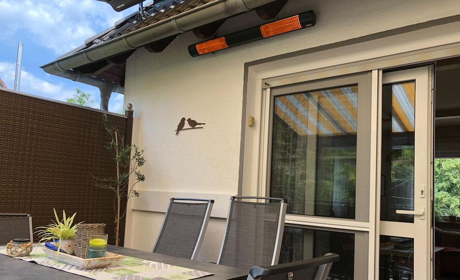 Heizstrahler für Terrasse und Balkon mit großem Tisch