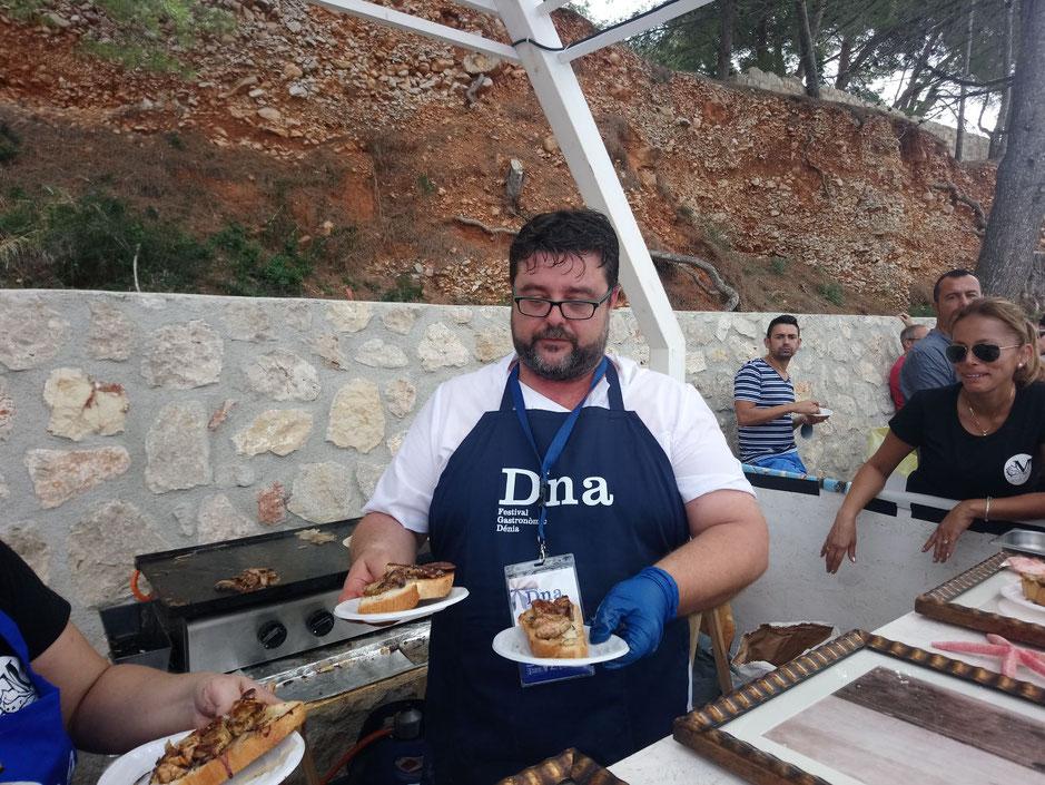 Bati Bordes, de El Marino Dénia, sirvió centenares de tapas a los visitantes de D*NA. La tosta de hígado de rape tuvo un gran éxito.