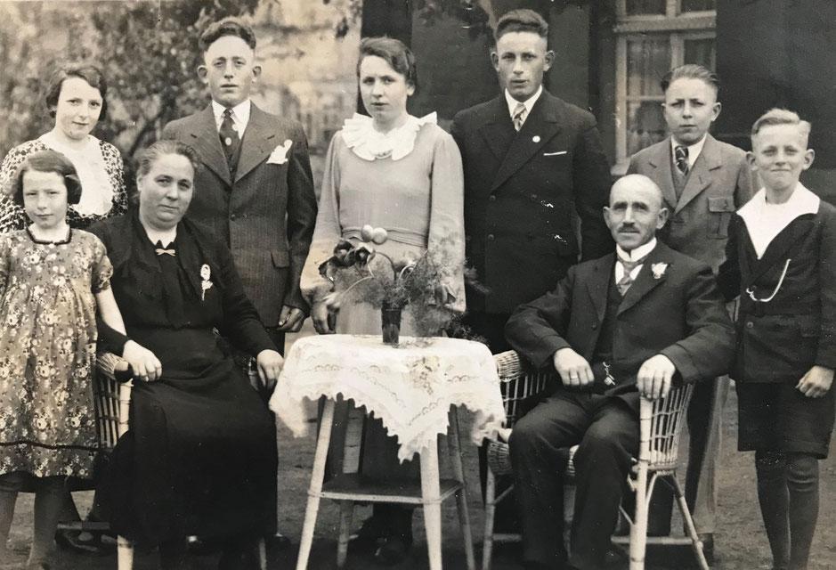 Firmengründer Friedrich Hoffmann mit Ehefrau und Kindern. Von den vier Söhnen kehrte nur Franz (3.v.r.) aus dem Zweiten Weltkrieg zurück. Er übernahm nach dem Krieg die Kohlehandlung. (Bildnachweis: Privatbesitz K.-F. Hoffmann)