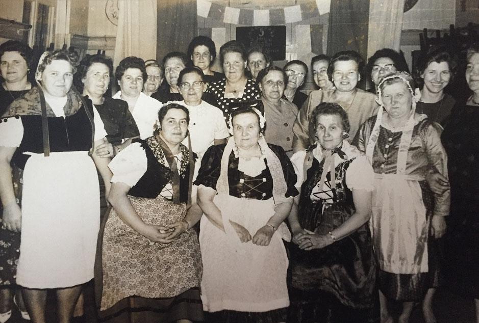 Treffen der Rünther Schlesierfrauen in der Gaststätte Hackmann in den 1950er Jahren. (Foto: Privatbesitz Dieter u. Hanni Kiesel)