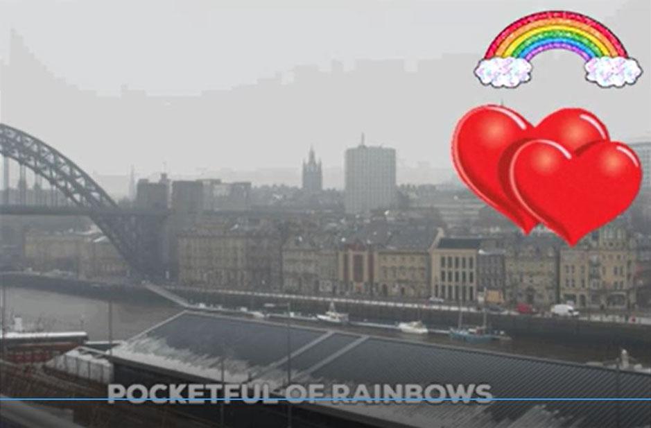 Dieses Bild zeigt eine Stadtansicht bei grauem Nebelwetter. Darüber sind zwei Herzen und ein Regenbogen angezeigt. Sie gelten als Symbole für Hoffnung und Liebe.