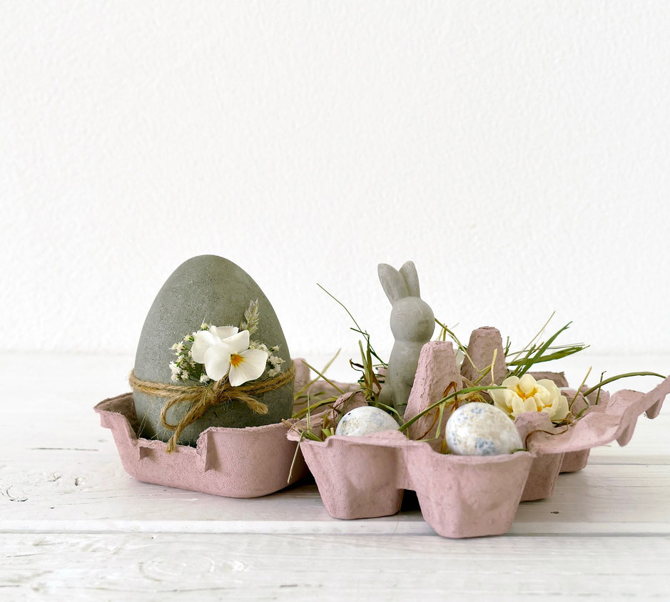 Osterdekoration mit Eiern aus Knetbeton Heu und kleinen Eiern