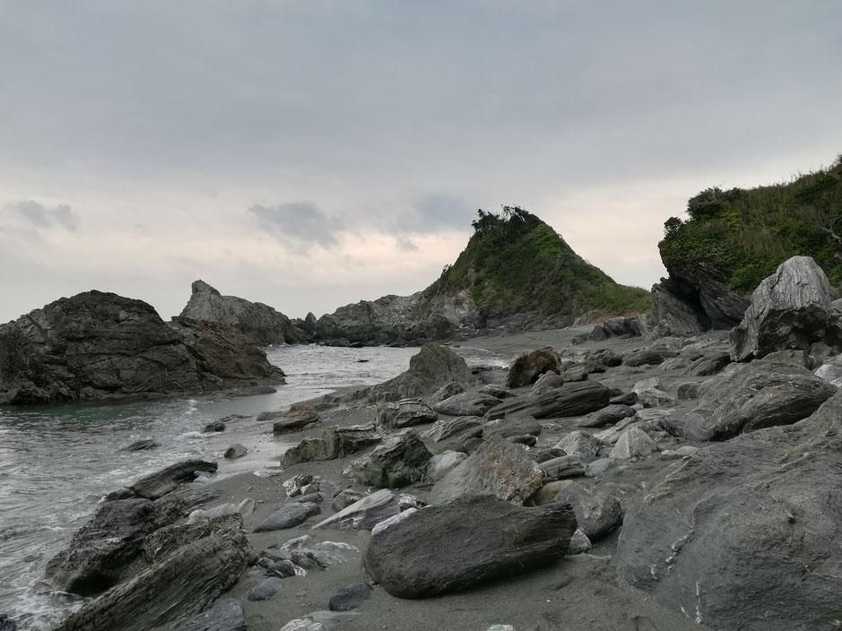 岩で埋め尽くされた浜